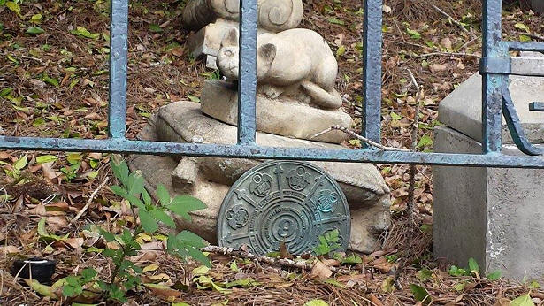 Haunted Mansion pet cemetery